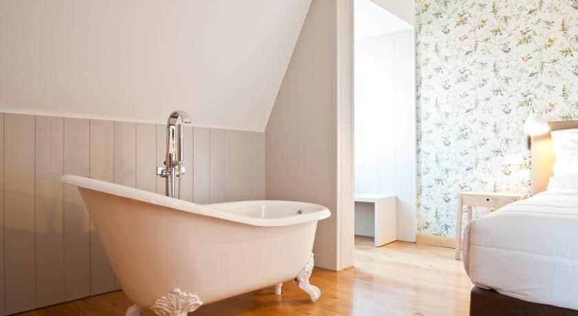 Pormenor de uma banheira no quarto de Lisboa Carmo Hotel
