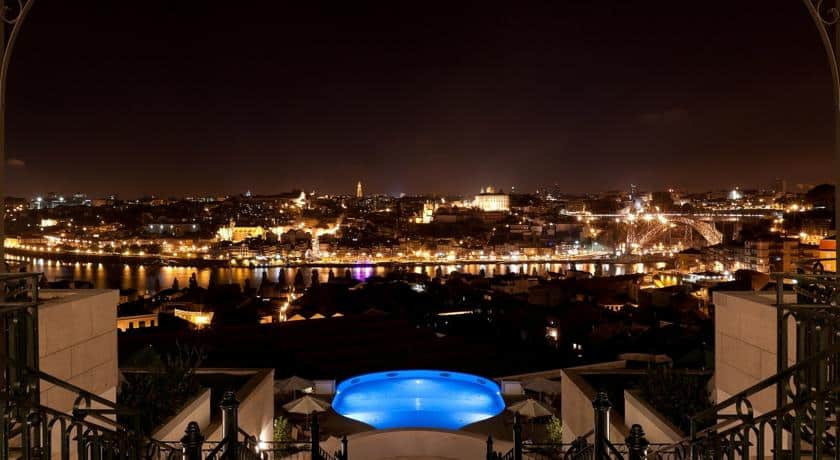Vista nocturna da piscina no The Yeatman